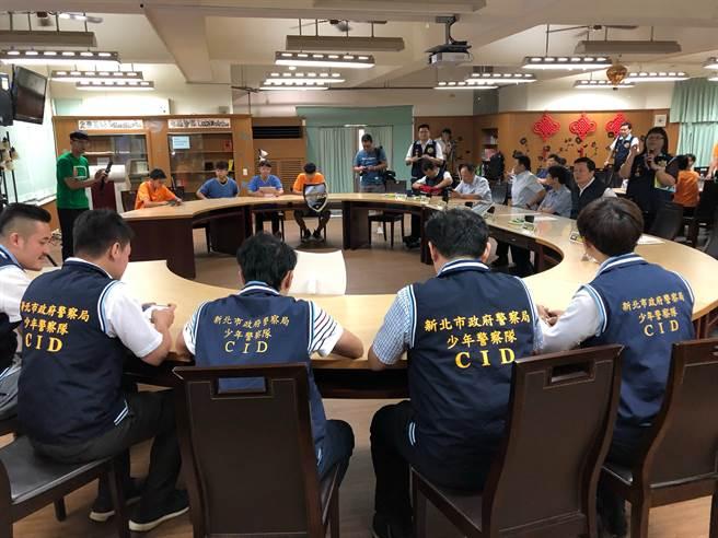 新北警組成電競團隊進入校園與學生對決同時宣導預防犯罪最,意外獲得好評。(新北市警局提供/戴志揚台北傳真)