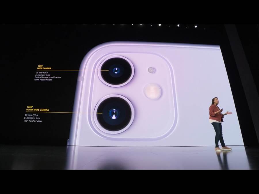 iPhone11採1200萬像素廣角鏡頭,配上1200萬像素、可捕捉4倍寬畫面的超廣角雙鏡頭。(蘋果直播畫面)