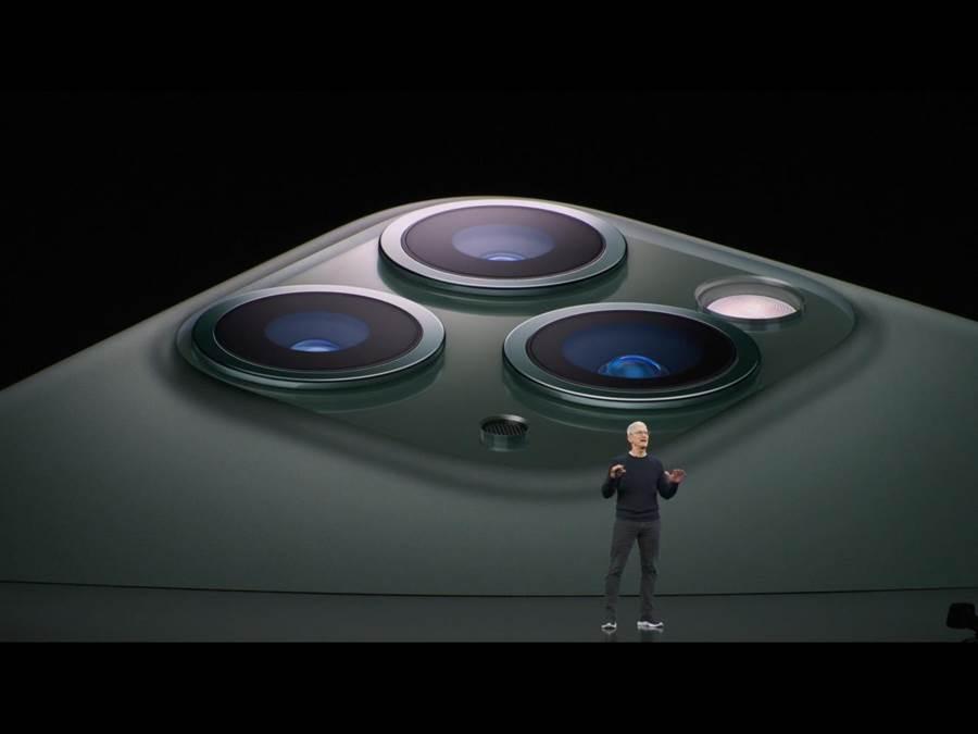 iPhone11 Pro系列採1200萬像素廣角鏡頭,配上1200萬像素、可捕捉4倍寬畫面的超廣角雙鏡頭,以及1200萬像素的望遠鏡頭。(蘋果直播畫面)