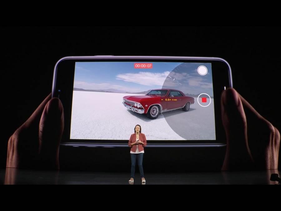 iPhone11系列前後鏡頭同樣支援4K 60fps的影片拍攝功能,能夠流暢調整變焦功能。(蘋果直播畫面)