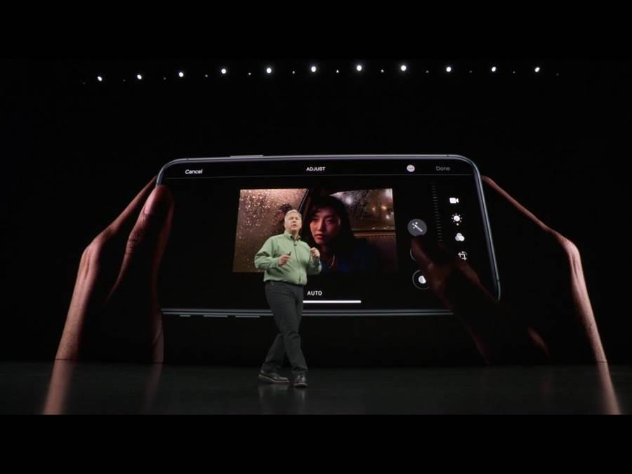 iPhone11系列今年更增加了內建的影片編輯功能,能夠直接作裁切、濾鏡等後製,iPhone11 Pro系列更能搭配專業的影片編輯APP去作後製。(蘋果直播畫面)