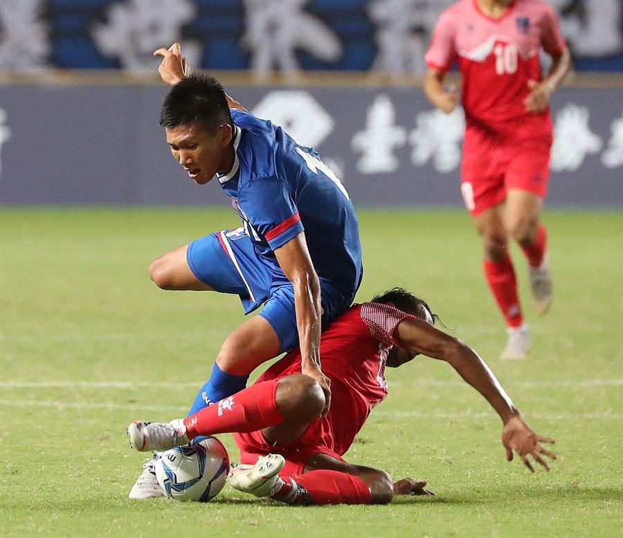吳俊青(上)面對如泥鰍般刁鑽的尼泊爾中場球員,遇到了不少麻煩。(陳怡誠攝)
