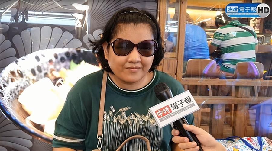 27歲布農族全盲街頭藝人古梅馨接受《中時電子報》訪問。(照片/游定剛 拍攝)