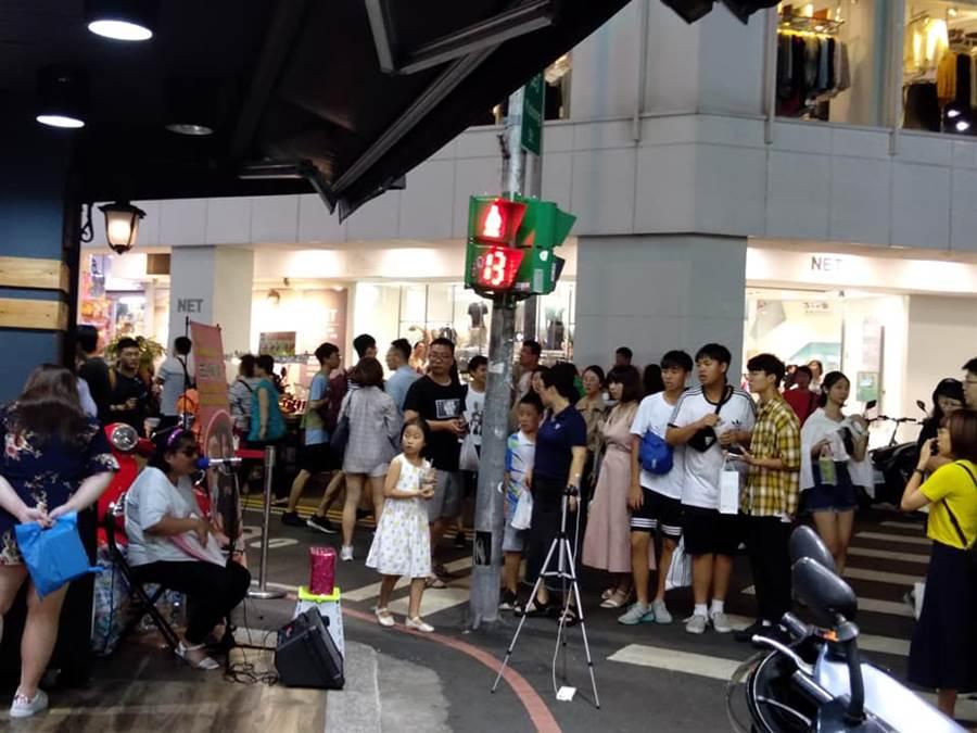 古梅馨在台中一中街演唱,清亮嗓音吸引不少民眾圍觀。(照片/取自古梅馨 臉書)