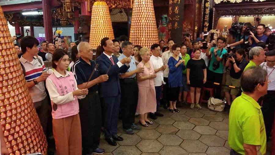 郭台銘(中)和柯文哲(中右)一早新竹城隍廟上香參拜。(羅浚濱攝)