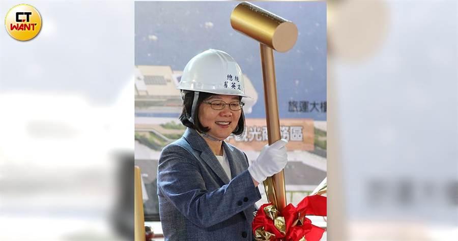 興富發集團總裁鄭欽天認為政府稅課得太重,讓他忍不住對總統蔡英文吐苦水。