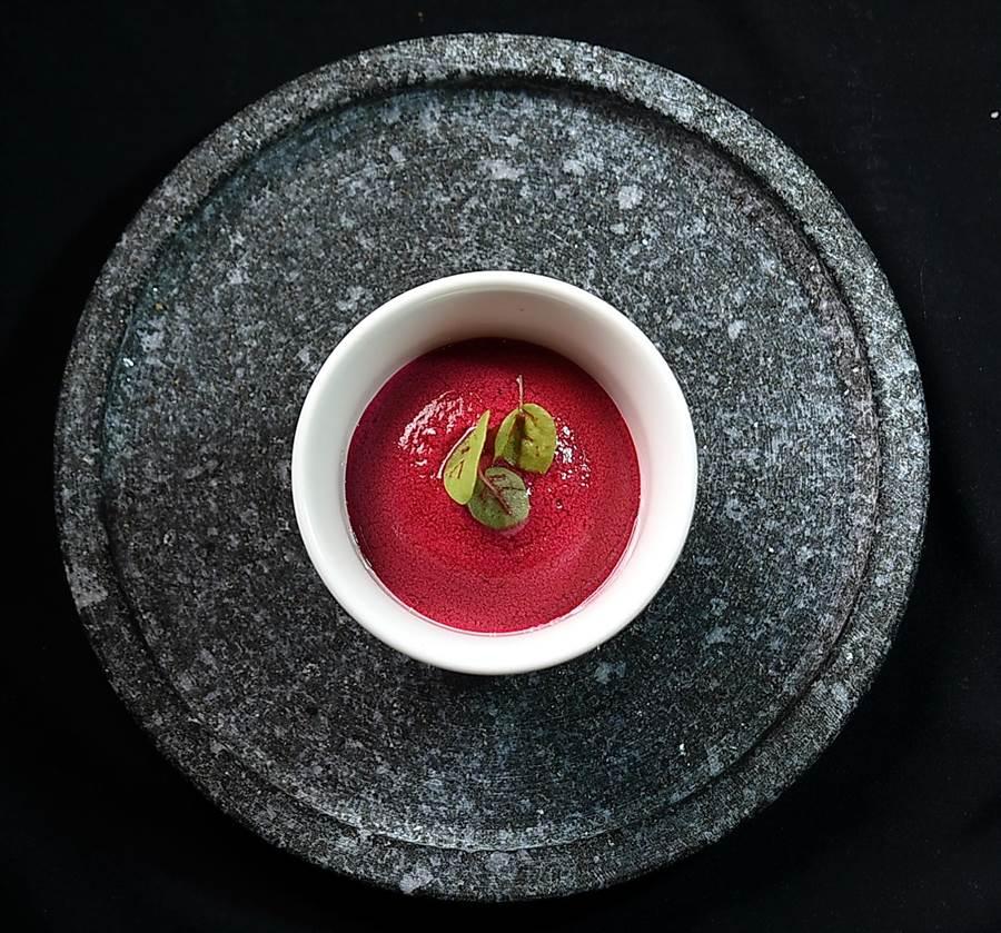 法國米其林二星名廚Jean-Remi Caillon用甜菜根設計沙拉,形色誘人,且「暗藏美味」。(圖/姚舜)