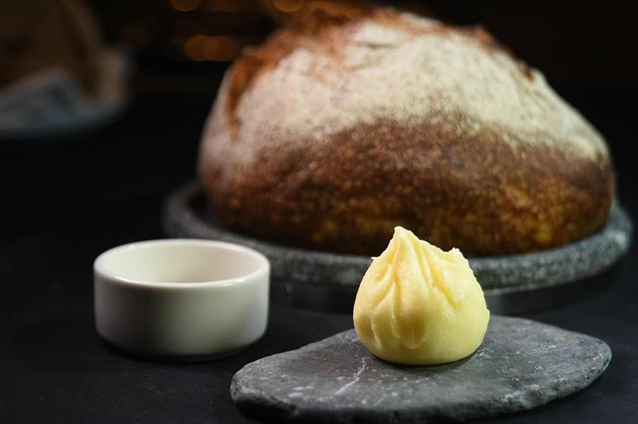 Jean-Remi Caillon為佐餐麵包準備的手工奶油,乍看像「小籠湯包」,內蘊法國Beaufort起司鹹香。(圖/姚舜)