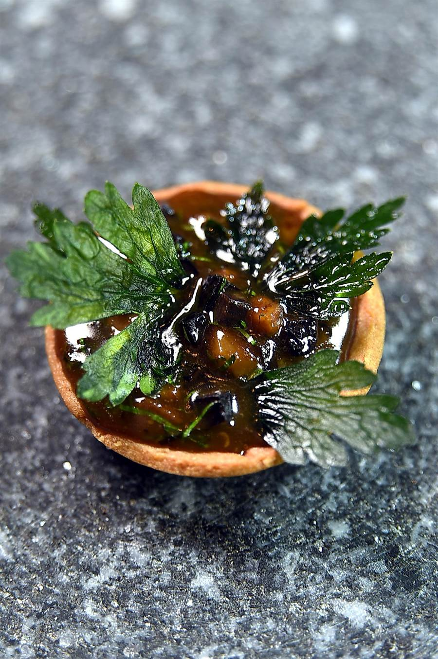 以雞冠丁作餡並用松露提味的〈高盧塔〉,作法源於改變法菜歷史的大師奧古斯特.艾斯考菲(Auguste Escorrier),是一經典菜式。(圖/姚舜)