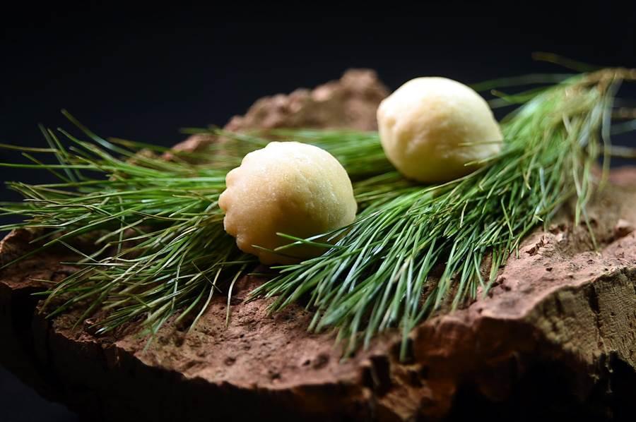 Jean-Remi Caillon設計的套餐,在Amuse buche之前還會先上開胃小點,圖為以松針奶油與醃漬梅子肉作餡的迷你小麵包。(圖/姚舜)