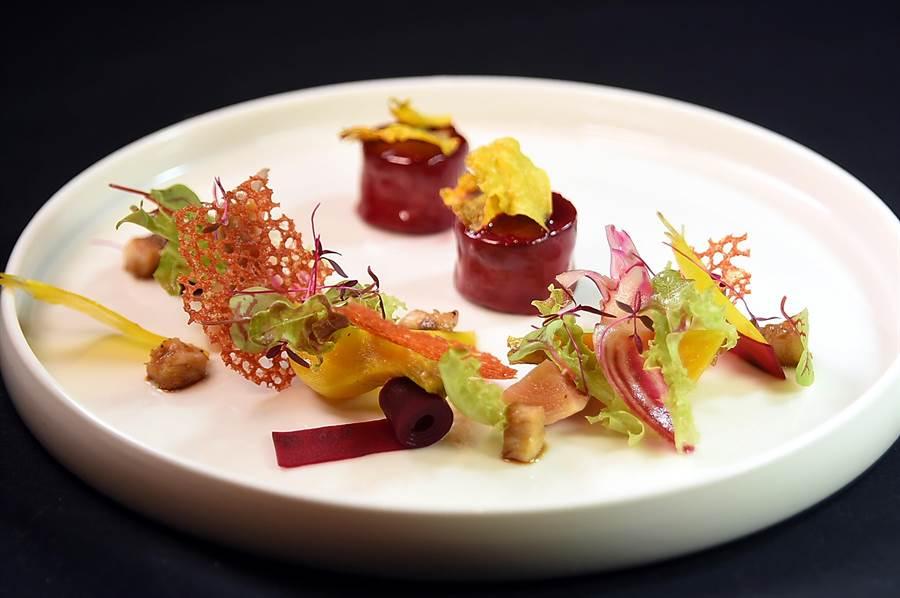Jean-Remi Caillon擅長在菜餚中巧妙「置入」日本味,這道用了紅甜菜根、黃甜菜根與迷你寶貝甜菜根作的前菜,就低調「埋伏」了醃漬鰻魚丁和油封紅蔥頭,味道好極了。(圖/姚舜)