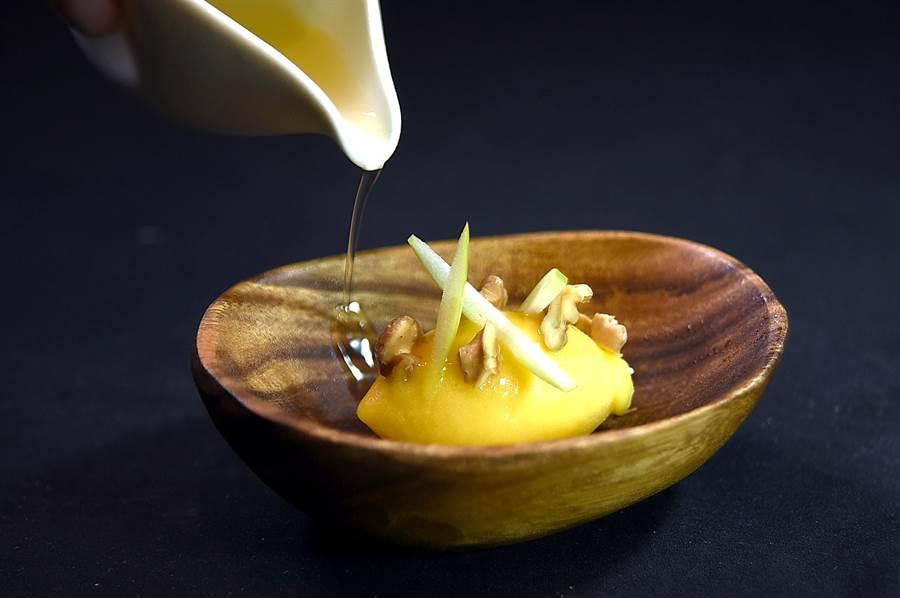 主菜上桌前清口腔的〈苦橙Sorbet〉,口感質地綿密有點像傳統義大利冰淇淋,Jean-Remi Caillon並用青蘋果條和白花蜜水增加香氣與酸度。(圖/姚舜)