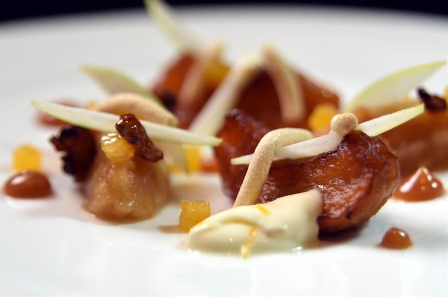 Jean-Remi Caillon設計的餐後甜點〈烤蘋果〉,用了蛋白糖霜條、青蘋果條搭配,盤中並有海鹽焦糖醬與用柳橙皮提味的法式奶油,整體味道均衡協調,整盤吃完不會膩口。(圖/姚舜)