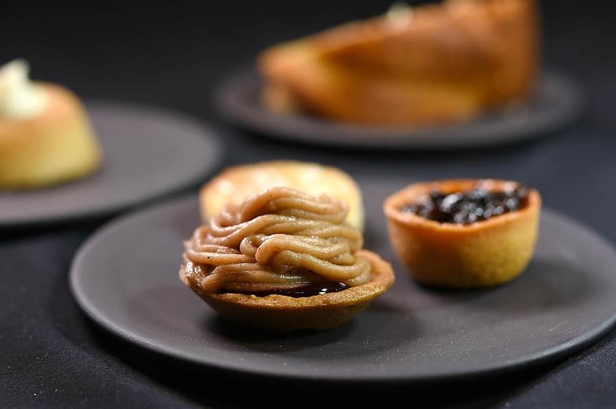 Jean-Remi Caillon為客人餐後喝咖啡或茶時準備的小點非常豐盛,且全是非常經典的法式甜點縮小版。(圖/姚舜)