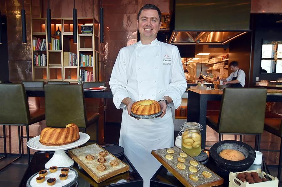 法國米其林二星名廚Jean-Remi Caillon客座微風信義〈Chefs Club Taipei〉,餐後甜點是用甜點車推到客人桌旁讓客人任選,非常過癮。(圖/姚舜)