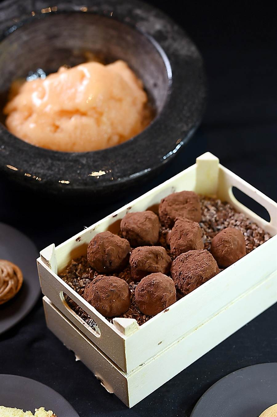 Jean-Remi Caillon客座微風信義〈Chefs Club Taipei〉,餐後佐咖啡小點也包括〈松露巧克力〉。(圖/姚舜)