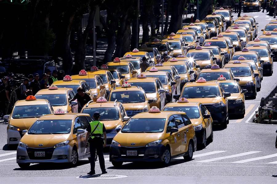 小黃司機不滿政府延緩「Uber條款」執法日,以慢速行駛方式路過包圍行政院。(黃世麒攝)