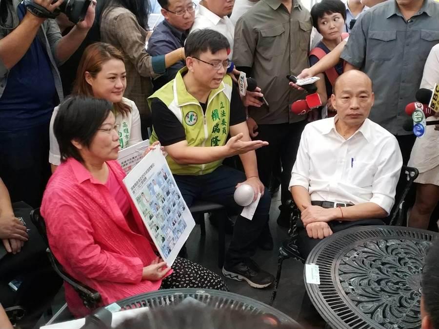 綠營民代要求韓國瑜罷免自己,韓國瑜突然現身,雙方到巿政府樓下坐下來溝通。(曹明正攝)
