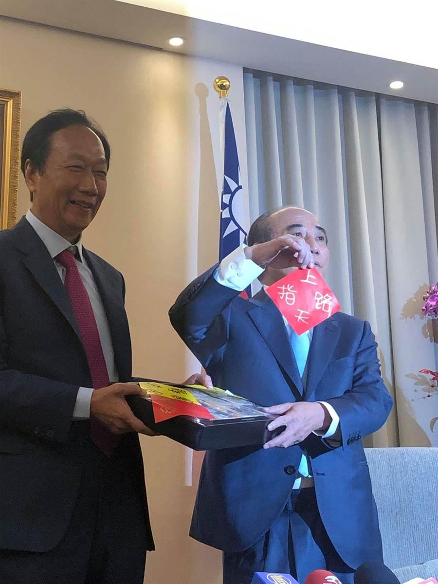 郭台銘(左)贈送月餅藏詩「上天指路」給王金平(右)。(周毓翔攝)