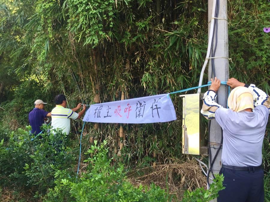 苑裡水坡里民於廠區外綁布條抗議。(巫靜婷攝)