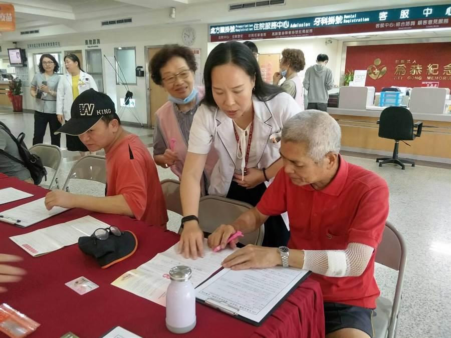 頭份為恭醫院11日上午舉辦器捐推廣活動,共有36人簽署。〔為恭醫提供/謝明俊苗栗傳真〕