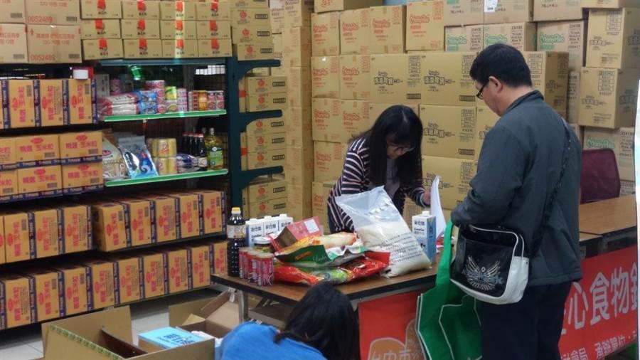農糧署運用公糧食米供應食物銀行,救助弱勢族群。(農委會提供/廖德修傳真)
