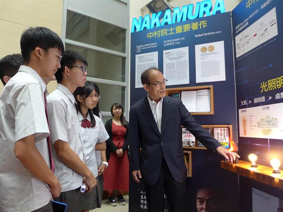 諾貝爾物理獎得主中村修二(右)向學生講解光照明演化史。(林欣儀攝)