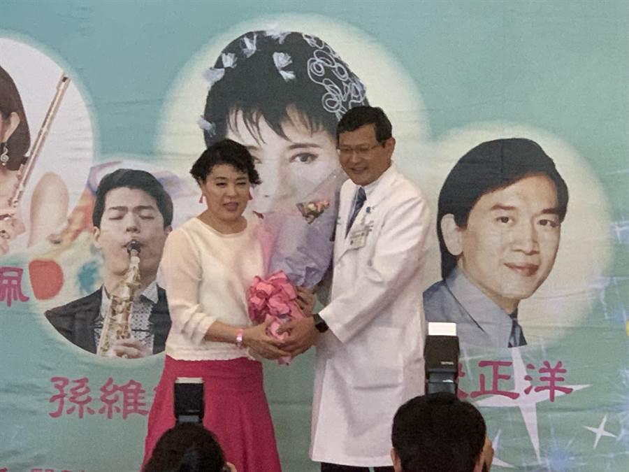 雙和醫院副院長獻花給聲樂家簡文秀,感謝她帶來悠揚的歌聲。(王揚傑攝)