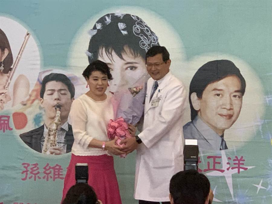 雙和醫院副院長賴鴻政獻花給聲樂家簡文秀,感謝她為病友、家屬及工作人員帶來美好的歌聲。(王揚傑攝)