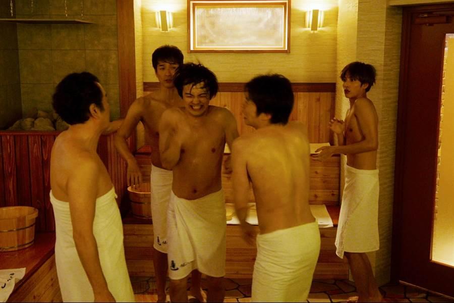 片中一幕三温暖裸身大乱斗引发话题。(采昌国际多媒体提供)