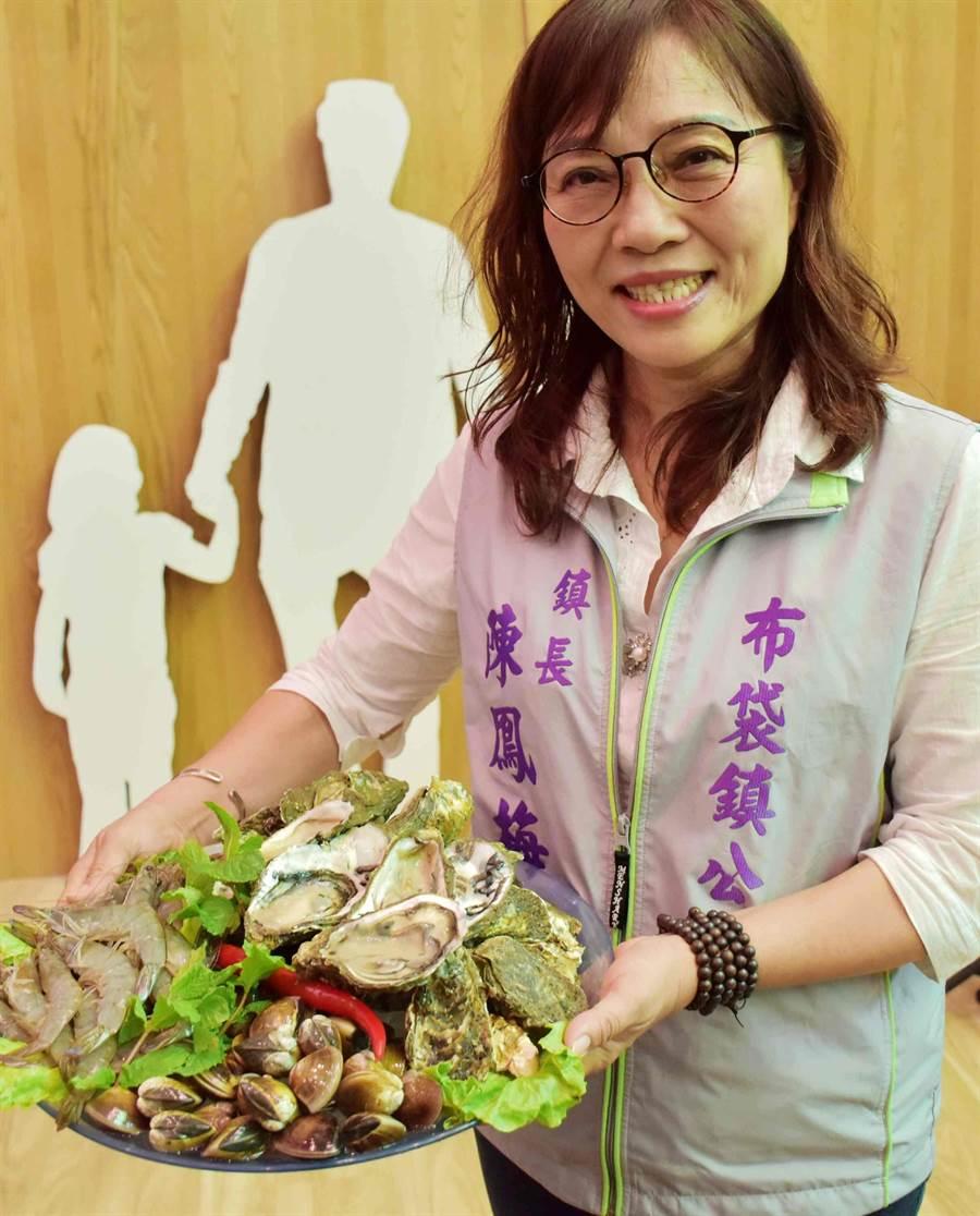 布袋鎮長陳鳳梅準備限量100分的月光燒烤組,民眾只要花1000元就能享受到價值2500元的「布袋優鮮三合一」烤肉組合。(呂妍庭攝)