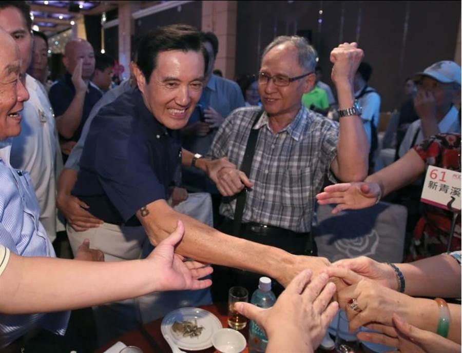 前總統馬英九10日出席國民黨2020勝選暨本黨台北市里長服務促進會授證典禮,他致意後先行離開,未能與韓國瑜碰到面。(資料照片,鄭任南攝)