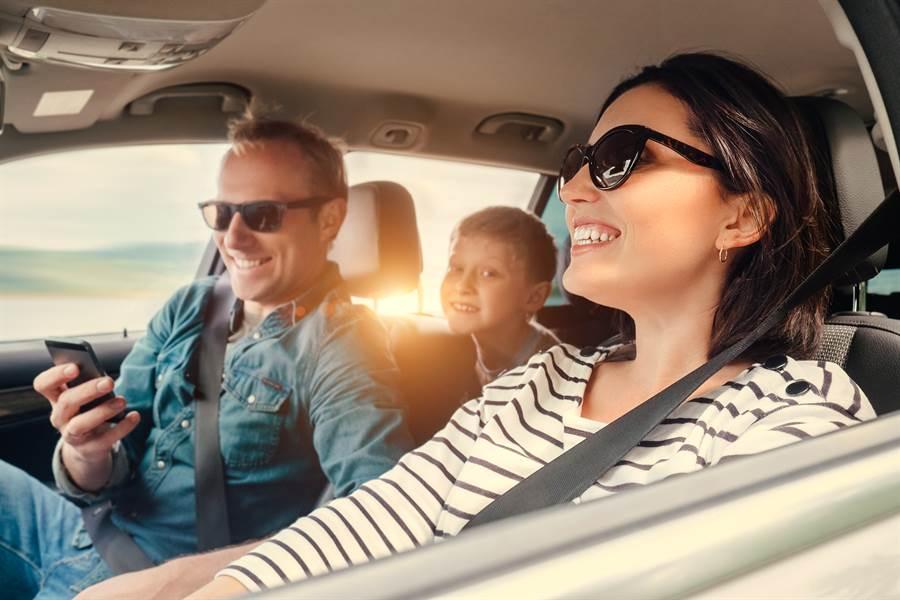 澳洲交通當局正在修法,未來駕駛若轉頭,與後座孩子互動超過2秒,可能會接到罰單。(圖摘自shutterstock)