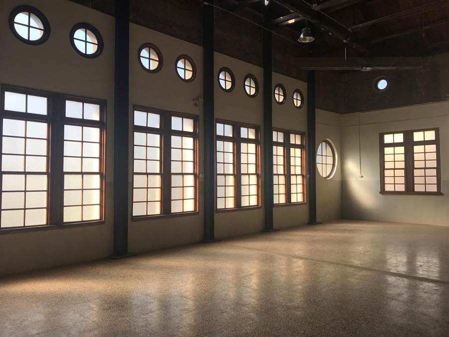 彰化鐵路醫院2樓立面連續排列的窗戶,類似西洋古典樣式,形成井然有序裝飾節奏。(文化局提供/吳敏菁傳真)