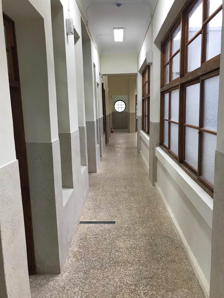 2樓立面連續排列的窗戶,類似西洋古典樣式,形成井然有序裝飾節奏。(文化局提供/吳敏菁傳真)