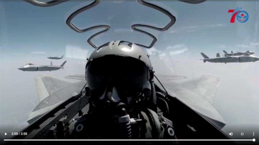 中共空軍官方微博發佈了新版宣傳片《鷹擊長空 為國仗劍》罕見出殲-20戰機座艙視角下的多機編隊畫面。(圖/微博@空軍發布)