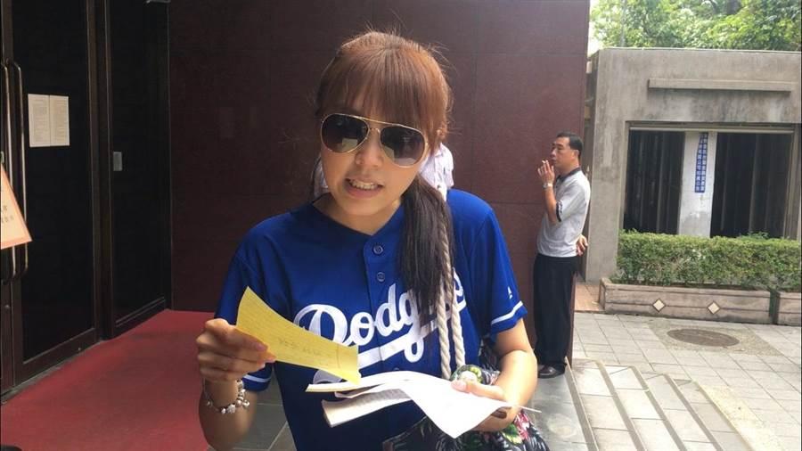 女版黃安劉樂妍挨告公然侮辱到台北地院出庭。(王己由攝)