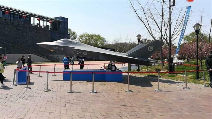 揚州協同創新研究院前的FC31鶻鷹隱形戰機模型。(圖/網路)