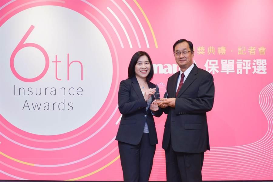 元大人壽榮獲「Smart推薦優質保單」殊榮,由總經理林則棻(左)從保險事業發展中心董事長桂先農(右)手中接下獎座。(元大人壽提供)