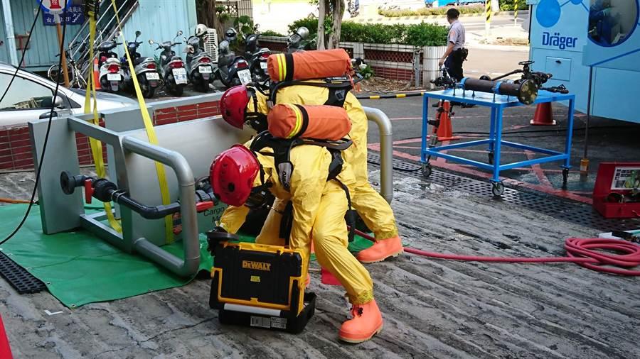 若發生化學物質事故,應於30分鐘內通報,由專業團隊處理(如圖),避免事故擴大。(資料照/廖德修攝)