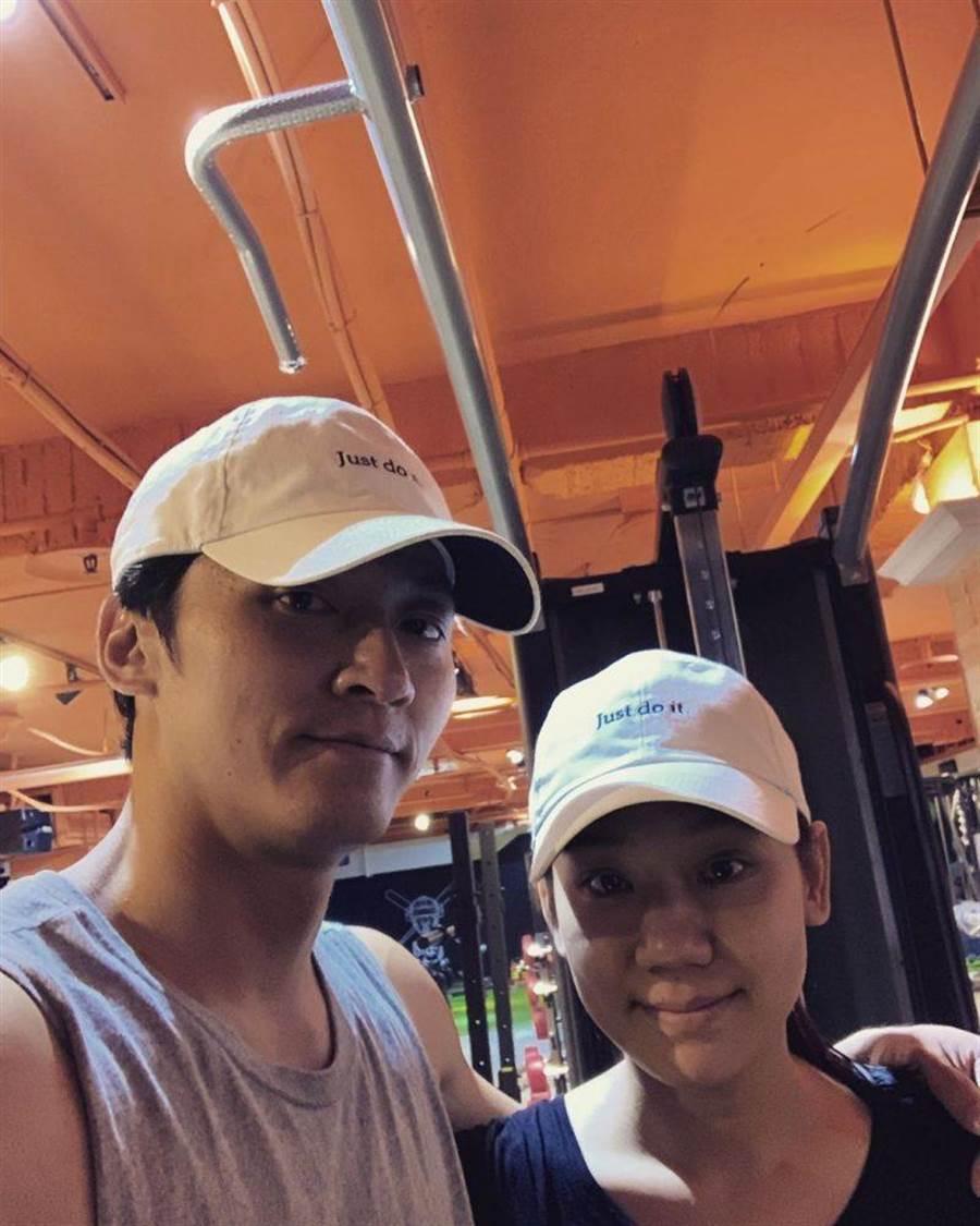馬俊麟(左)與老婆一起健身。(摘錄自馬俊麟IG)