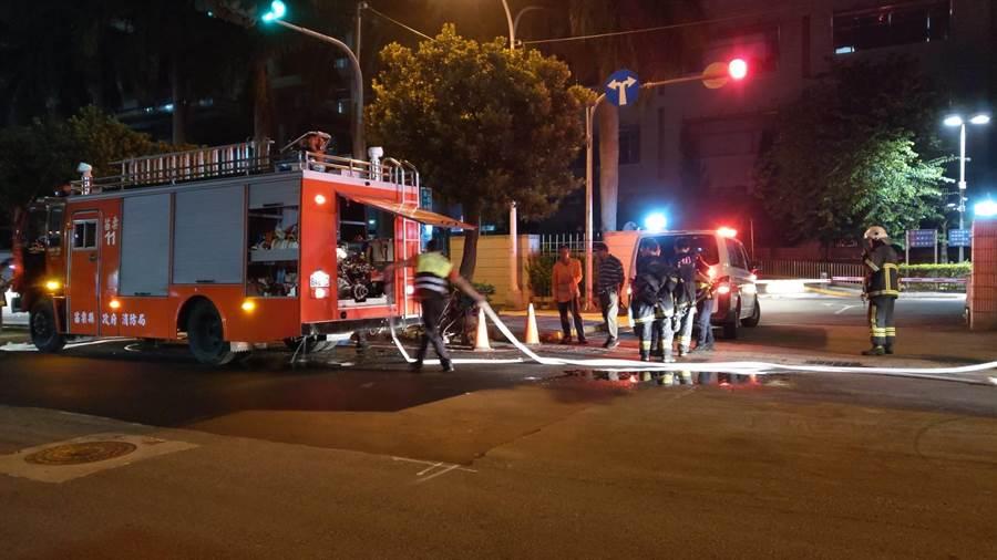 苗栗市地方法院前車輛發生火警,消防隊員獲報立刻前往現場撲滅火勢。(翻攝照片/何冠嫻苗栗傳真)