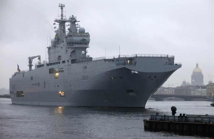 俄國曾向法國購買西北風級兩棲登陸艦,但未能交貨。明年自行建造的直升機母艦大約會與西北風級相當。圖為2009年法國西北風級兩棲登陸艦訪問俄國聖彼得堡。(圖/美聯社)