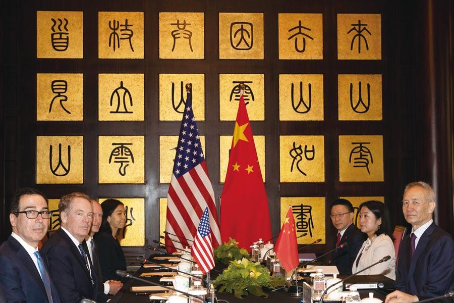 圖為美國財長穆努欽(左一)、美國貿易代表萊海澤(左二)與中國國務院副總理劉鶴(右一)出席7月31日在上海的中美第12輪高層級磋商。圖/美聯社