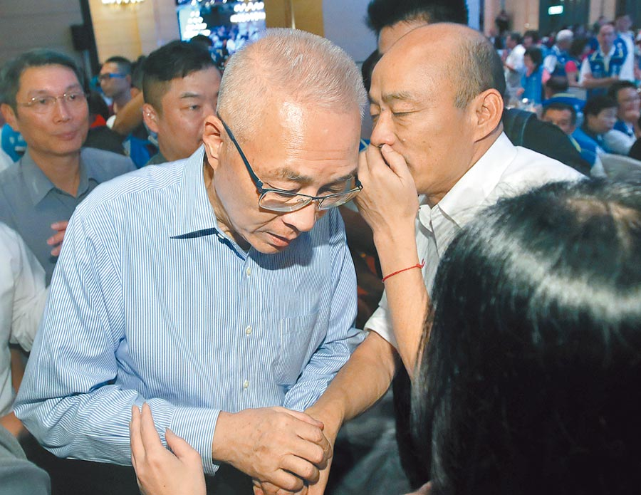 國民黨總統參選人韓國瑜(右)、黨主席吳敦義(左),昨晚在大直典華舉行北市里長服務促進會授證典禮,晚會結束後,韓跟吳說悄悄話。(鄭任南攝)