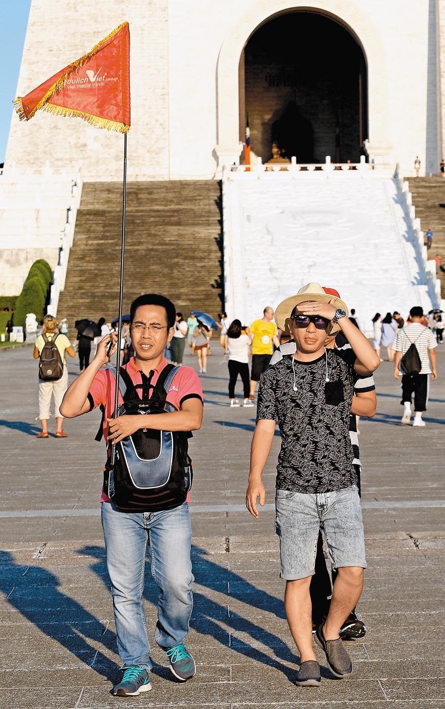 交通部研議國旅補助華語導遊,圖為導遊在中正紀念堂帶團。(本報資料照片)