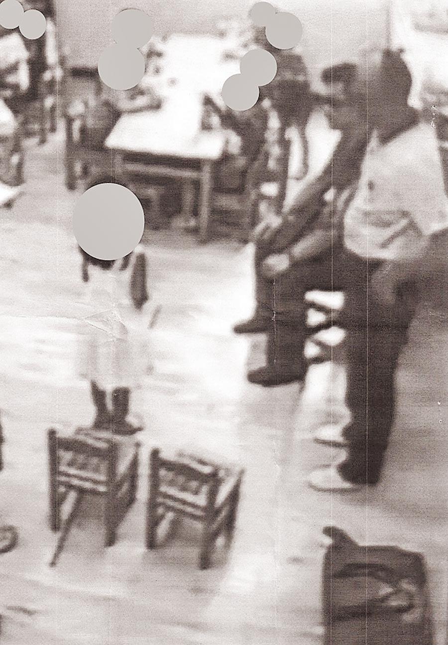 花蓮地檢署前檢察官林俊佑(右側坐姿)進入女兒就讀的幼兒園,厲聲質問小朋友誰欺負自己女兒,花蓮地院10日將他判處拘役40天。(李麗芬國會辦公室提供)