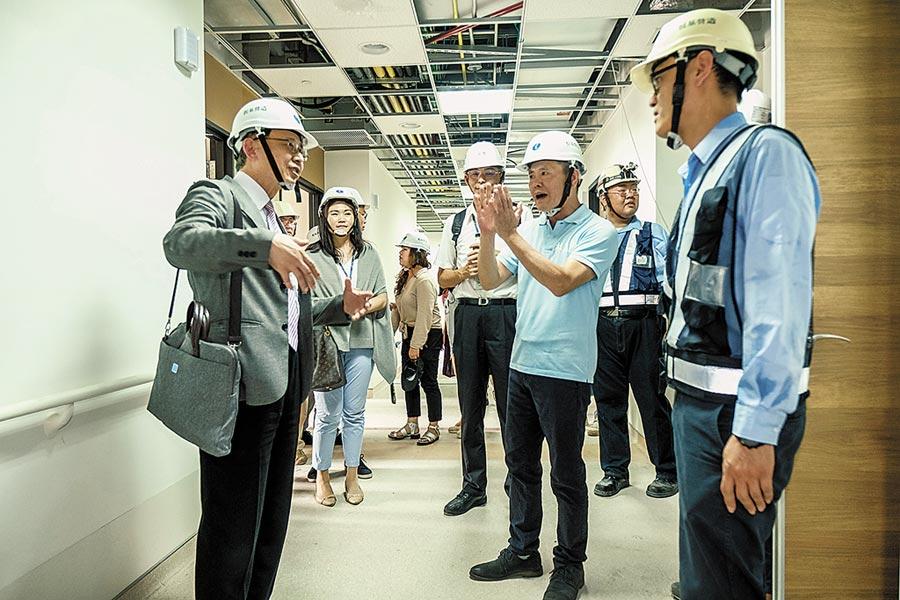 立委林為洲(右二)和台大醫院副院長江伯倫(左一)會勘生醫分院醫療診間和病房。(羅浚濱攝)