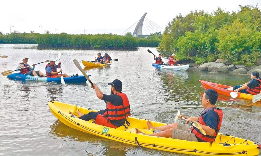 鵬灣跨海大橋旁紅樹林溼地,推出划獨木舟體驗,專人帶領導覽紅樹林生態。(潘建志攝)
