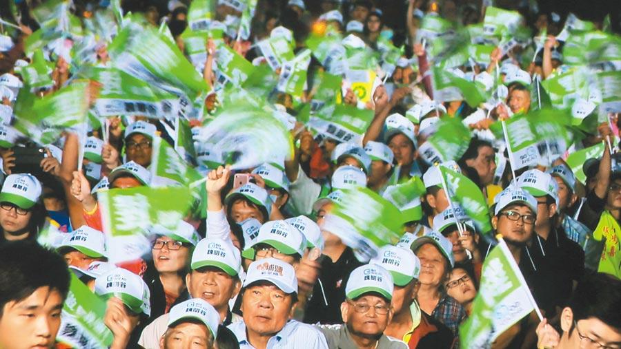 2018年10月13日,民進黨支持者在鹿港文武廟,參與選舉造勢。(本報系資料照片)